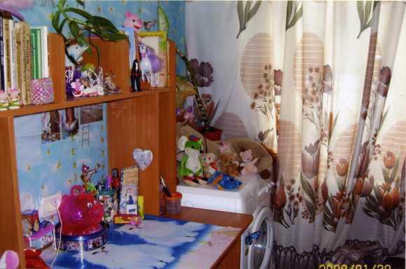 Эту комнату Дианы опека посчитала непригодной для жилья.