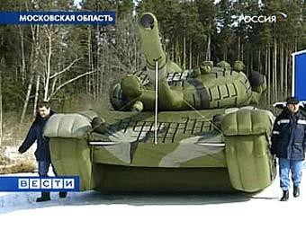 "Надувной танк. Кадр телеканала ""Вести"""
