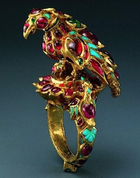 Кольцо. Изготовлено из золота, украшено рубинами, изумрудами и бирюзой в технике кундан. Индия, владения Моголов или Декан. Вероятно, I четверть XVII в.
