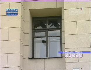 Взрывной волной в соседних с площадью домах выбило стекла