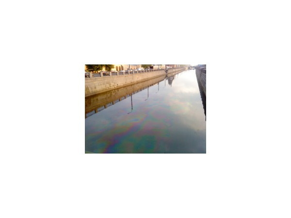 По Обводному каналу проплыло бензиновое пятно