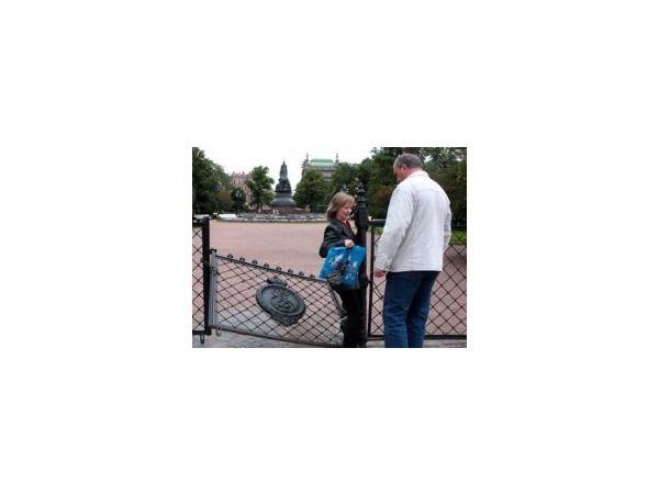Запертые ворота Екатерининского сада не выдержали натиска горожан