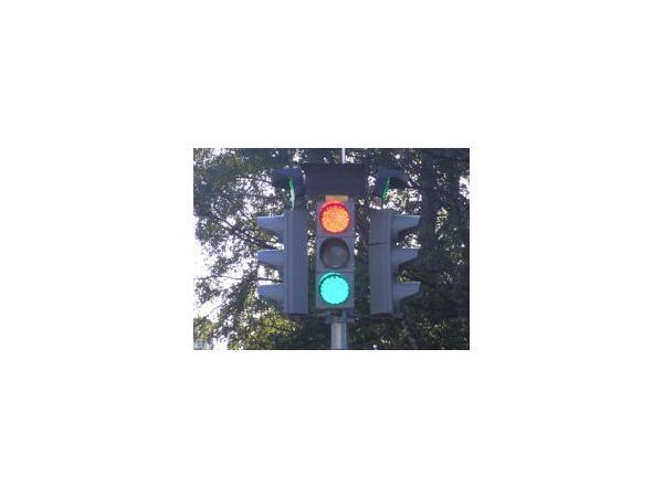 На 2-м Муринском работает странный светофор