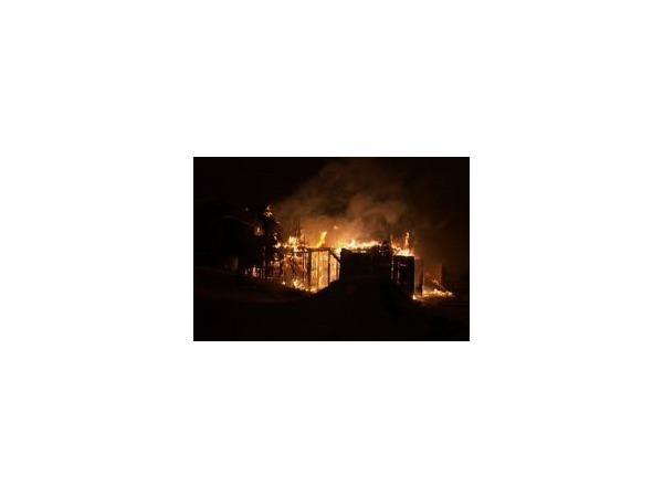 В Мурино сгорели хозпостройки