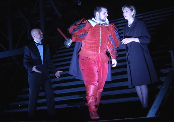 Клавдий (Андрей Шимко), Лаэрт (Павел Юринов) и Гертруда (Марина Игнатова)