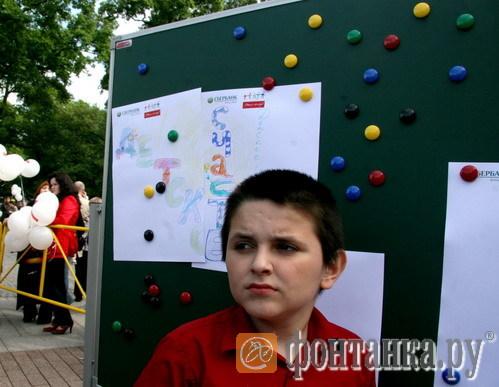 Перед началом спектакля дети рисовали на площади Искусств