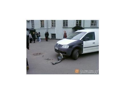 Памятник Бродскому в Петербурге попал под колеса  микроавтобуса