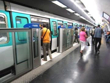 Ограждения в парижском метро. Фото пользователя Pline с сайта en.wikipedia.org