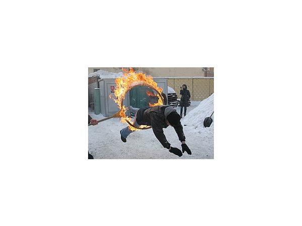 В Петербурге совершен прыжок сквозь огонь ради жизни бездомного