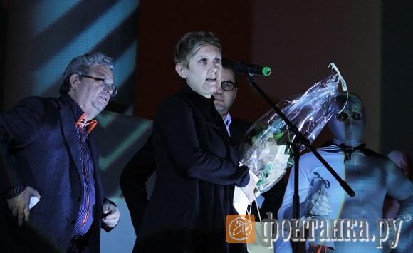 Александр Боровский награждает Екатерину Бочавар