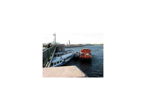 У Дворцового моста продолжается спасательная операция - теперь в мост врезался буксир
