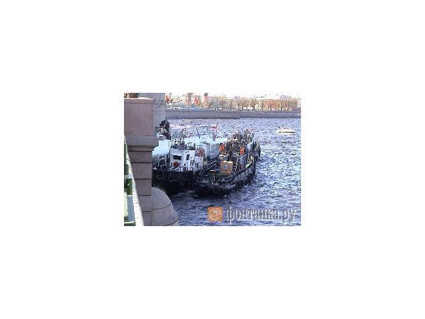 Два буксира, которые попытались оттащить катер от опоры Дворцового моста, тоже прибило течением