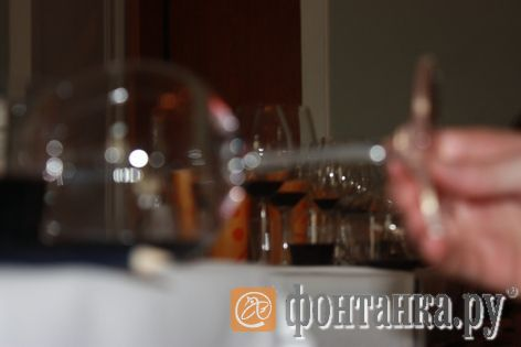 Проверка текучести вина в наклоне к раструбу бокала