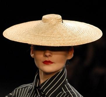 Широкополая шляпа из коллекции Лилии Киселенко