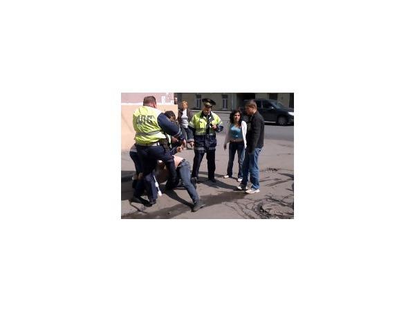 На Обуховской Обороны сотрудники ДПС жестко задерживали подвыпившего горожанина