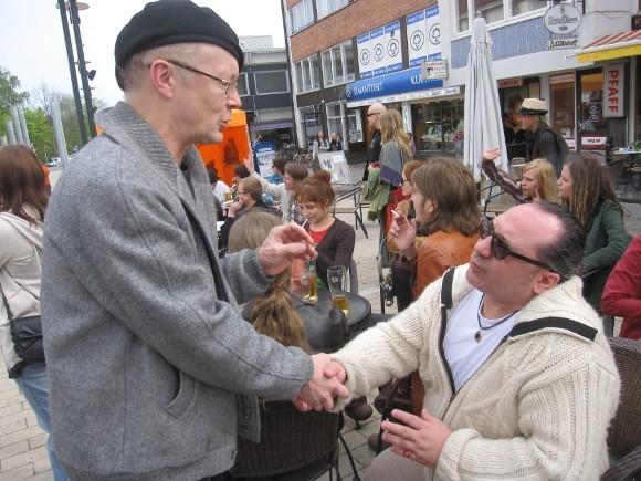 Человек в черных очках - это и есть Камран Шахмарданов, один из создателей фестиваля, один из самых благодарных его зрителей