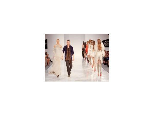 Платья и модная публика Aurora Fashion Week