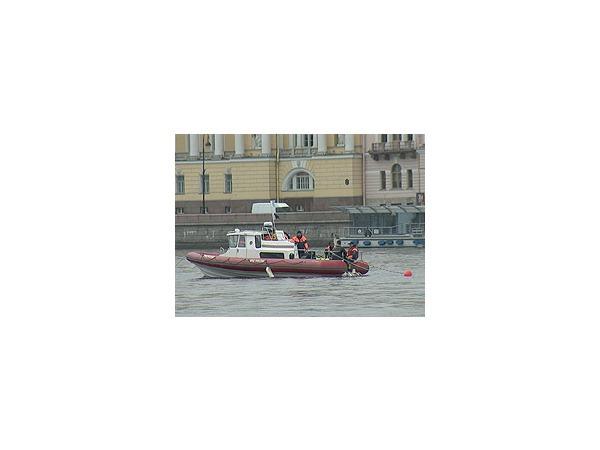 "Спасатели МЧС продолжают поиски в Неве тела оператора ""Вестей"", судоходство прекращено"