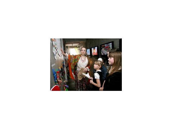 Анна Ковальчук и Татьяна Буланова общались с детьми из приютов в «Музее варежки»