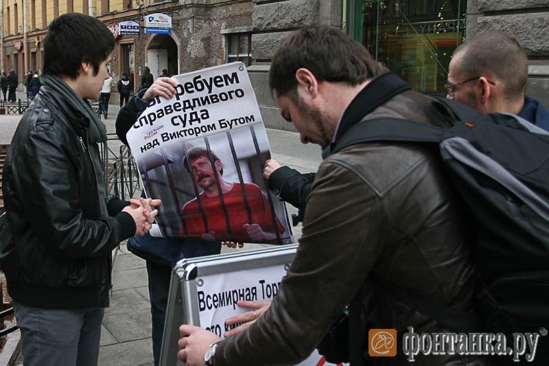 Плакат, посвящённый Виктору Буту, решили не использовать при пикетировании