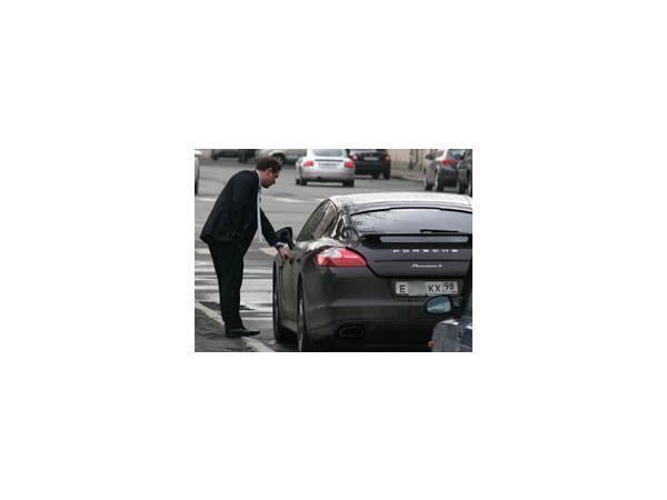 Районный чиновник выбирает Porsche