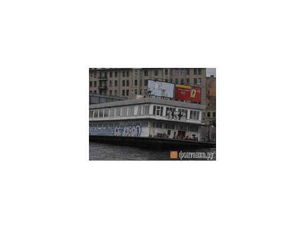 У Тучкова моста тонет дебаркадер «Парус»