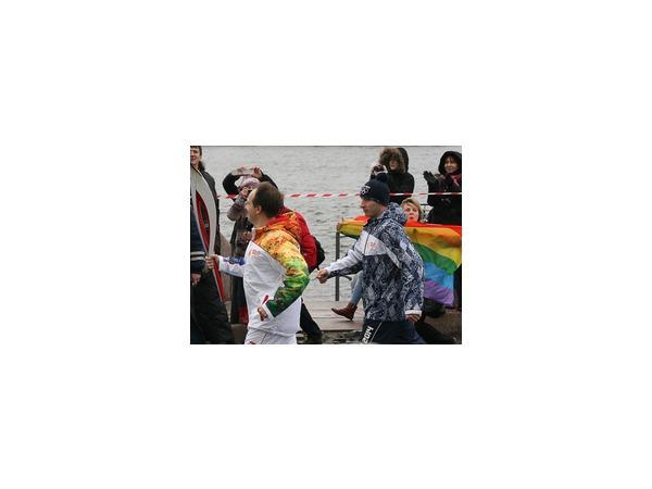 Главу Минкульта Мединского с олимпийским факелом ЛГБТ-активисты встретили радужными флагами