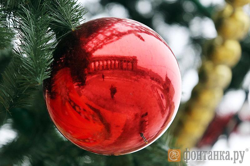 Шар с елки у Казанского собора