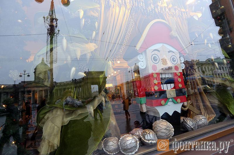 Украшеие витрины Дома книги, украшение самого здания 2,2 миллиона рублей.