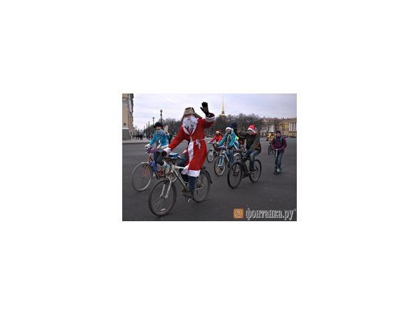 «Велоснегурочки»  и «велодеды» проехали по центру Петербурга