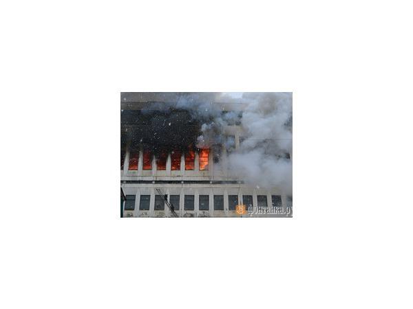 Пожар на территории завода имени Козицкого разгорелся с новой силой