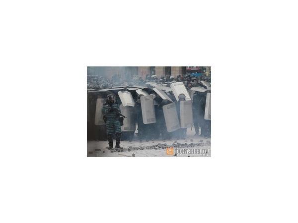 Спецназ штурмует митингующих, оттесняя их к Крещатику