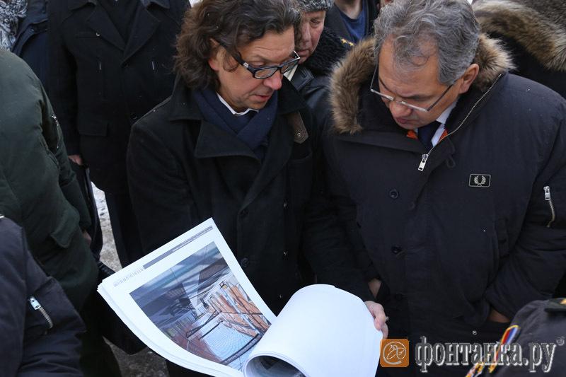Архитектор Евгений Подгорнов и Сергей Шойгу во время осмотра Адмиралтейства