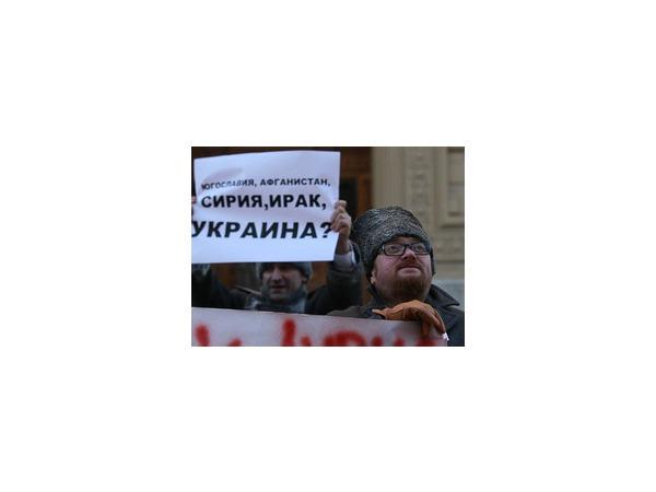 """Виталий Милонов вместе с соратниками предложил США забрать свои гамбургеры, согревшись в """"Карлс Джуниор"""""""