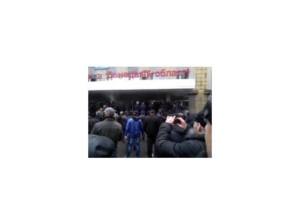 Активиста, пытавшегося установить российский флаг на здании горловской милиции, сбросили с козырька. Онлайн из Горловки