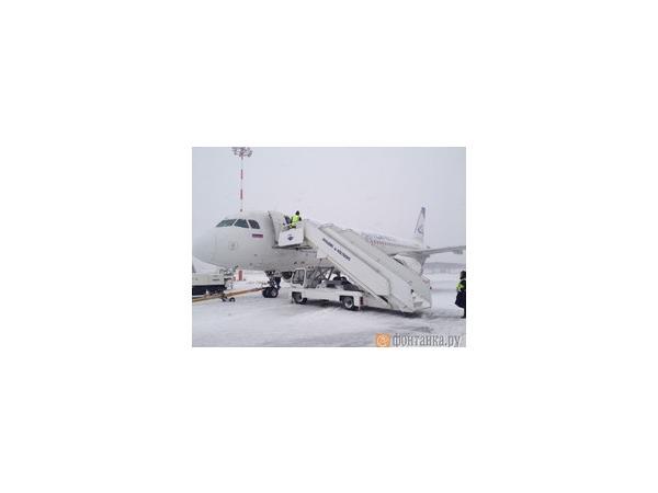 Из-за снегопада аэропорт Кольцово в Екатеринбурге не принимает самолеты