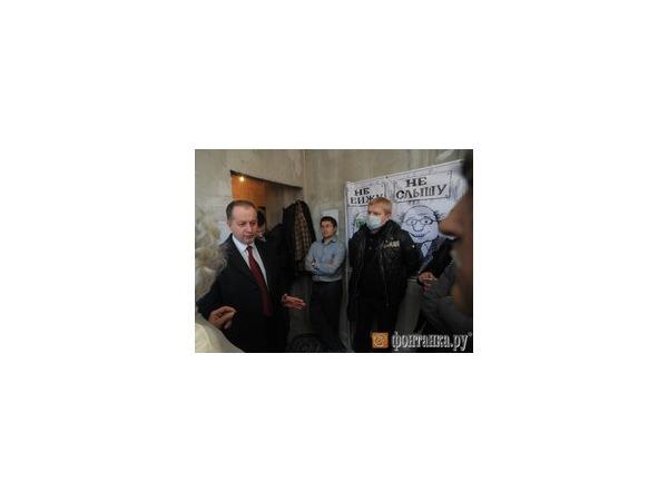 Глава комитета по строительству не стал отвечать на вопросы голодающих дольщиков «Охта-Модерна»