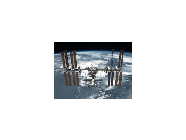 Находящиеся на МКС космонавты получили овощи, фрукты и сладости
