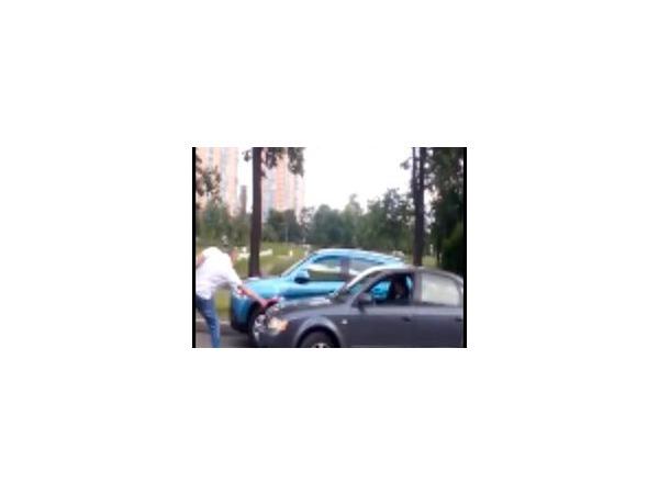 На перекрестке Будапештской и Белы Куна мужчина с топором напал на машину, в которой были дети