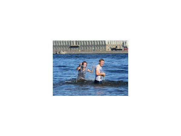Петербуржцев ждут жаркие выходные - спасатели МЧС призывают горожан соблюдать меры предосторожности во время купания