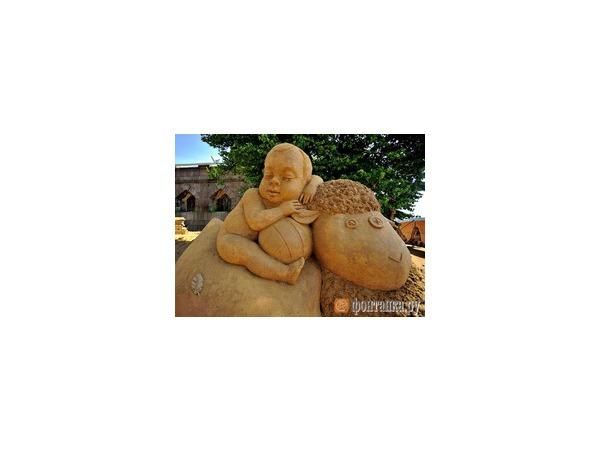 Фестиваль песчаных скульптур на пляже Петропавловской крепости стартовал