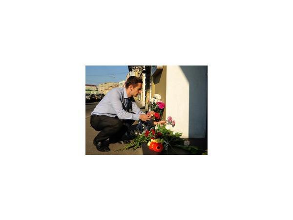 Петербуржцы приносят цветы к консульству Нидерландов