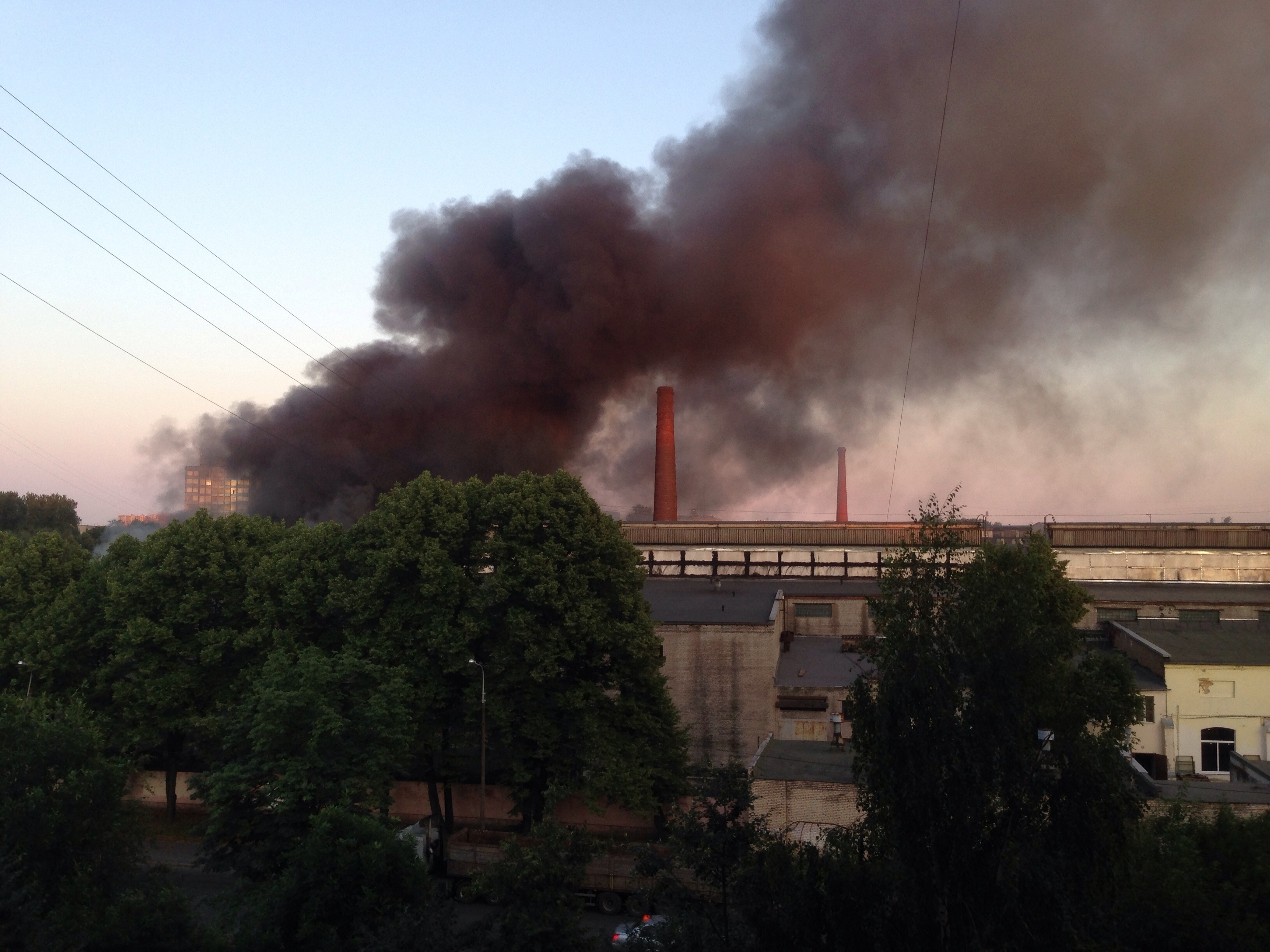 В Невском районе по второму номеру сложности тушат пожар на территории завода (Иллюстрация 1 из 2) (Фото: читатель