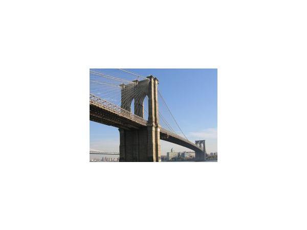 Часть фасада Бруклинского моста в Нью-Йорке рухнула на пешеходную часть