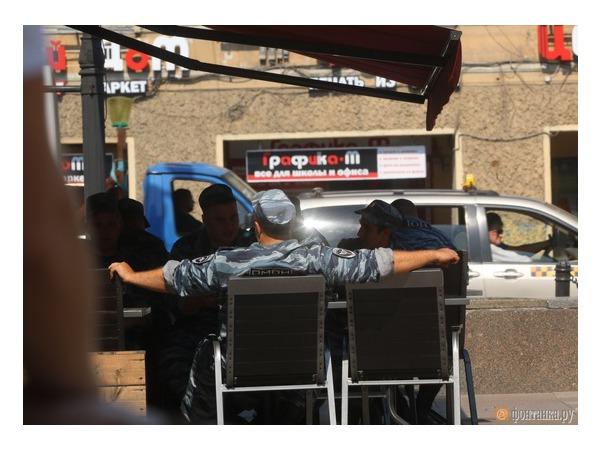 Читатель: у Гостиного двора дежурят несколько десятков изможденных солнцем полицейских