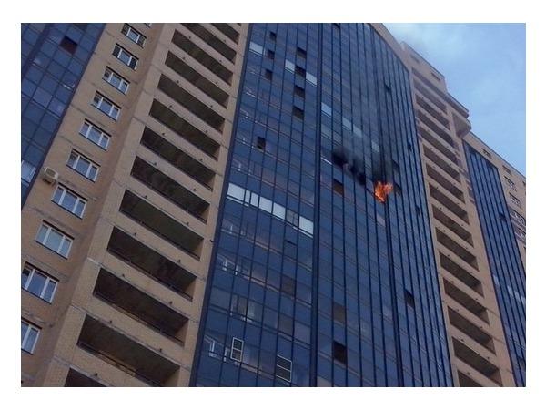 В высотном доме на улице Федора Абрамова загорелся балкон