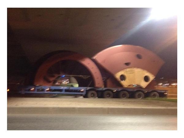 Тягач с частями турбины застрял у моста Александра Невского