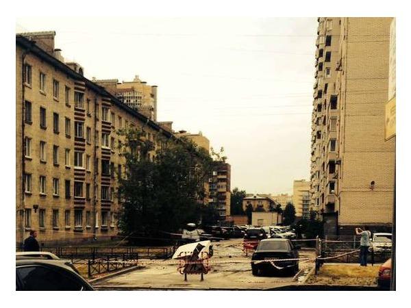 Очевидец: На Варшавской провалился асфальт - в яму попали «Жигули»