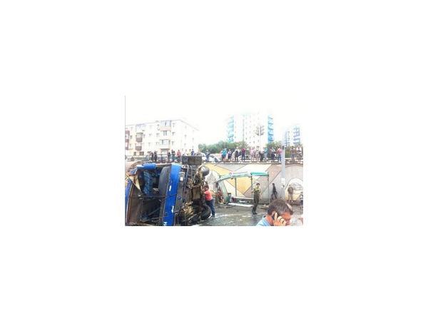 """Во Владивостоке произошла авария: на """"Молодежной"""" перевернулся автобус"""
