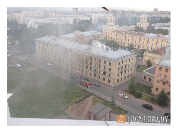Читатели сообщают о пожаре в расселенном общежитии на Стачек
